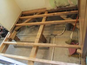 7洗面室の床を組み直しました