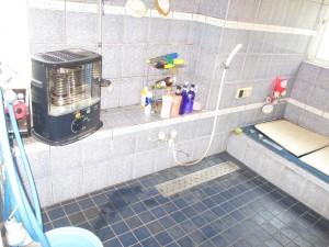 s-広い浴室はとっても寒くて…ストーブが必需品