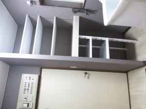 洗面化粧台があった場所に、収納棚を造作しました。 入れたい物のスペースに合わせたので、とても効率良く収納できます。