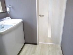 洗濯機は、廊下から入った正面よりも、窓側に設置しました。